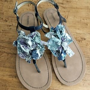 Buckle sandals with blue flower